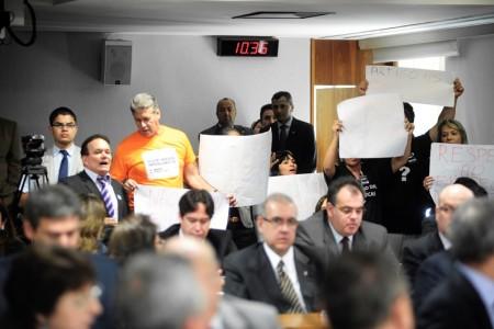 Parte da platéia pediu, com cartazes, aprovação do projeto sobre empregado doméstico (Foto: Ag. Senado)