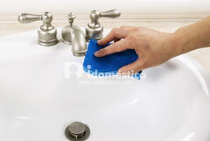 domestica-limpando-pia-banheiro