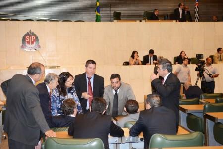 Deputados paulistas durante votação do piso salarial no estado (foto: assembléia legislativa)