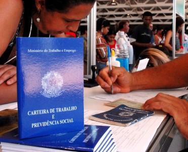 Empregador pagará multa se deixar de assinar carteira de trabalhado da doméstica (foto: Agência Brasil)